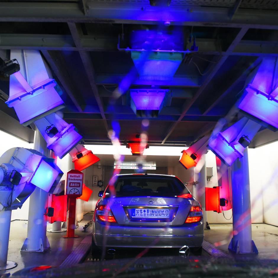 Nachrichten aus Deutschland: Fahrerflucht in der Waschanlage: SUV verursacht bei Autowäsche Tausende Euro Schaden und flieht