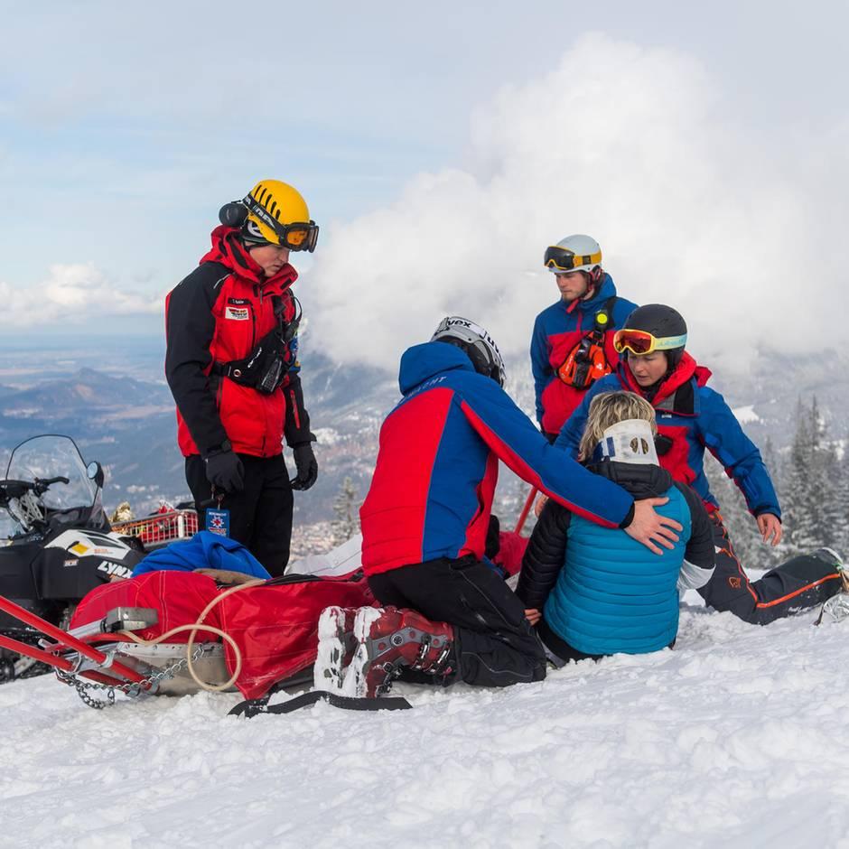 Nachrichten aus Deutschland: Zwei schwere Skiunfälle in der Zugspitz-Region – Hubschrauber fliegen Verletzte in Kliniken