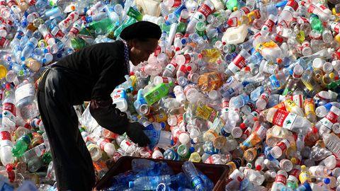 Ein Arbeiterin sortiert Plastikflaschen in einer chinesischen Recyclingstation. Das Land hat der Verwendung von Einwegplastik den Kampf angesagt.
