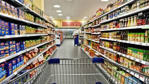 Der ungewöhliche Besucher lebt scheinbar oberhalb der Deckenplatten eines Supermarktes (Symbolbild)