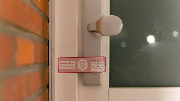 Nachrichten aus Deutschland: Amtliches Siegel an einer Wohnungstür in Hamburg