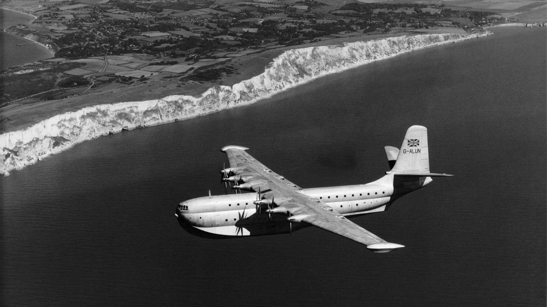 Bild 1 von 11der Fotostrecke zum Klicken  Platz 11: Princess von Saunders-Roe  Kaum einer kennt noch dieses Flugboot des britischen Unternehmens, kurz Saro genannt, aus dem Jahre 1952 (Erstflug). Das Ganzmetall-Flugboot mit einer Spannweite von 66,9 Metern wurde von zehn Propellern angetrieben, wobei bis auf die beiden äußeren die übrigen zu Zweierpaaren mit gegenläufigen Propellern angeordnet waren. In dem doppelstöckigen Rumpf fanden 105 Passagiere Platz. Nur drei Exemplare wurden gebaut – und bald verschrottet. Die Zeit der Flugboote war schon damals vorüber.