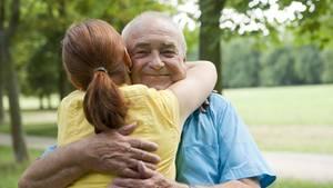 Beruhigt den Herzschlag und hilft beim Stressabbau: Eine liebevolle Umarmung