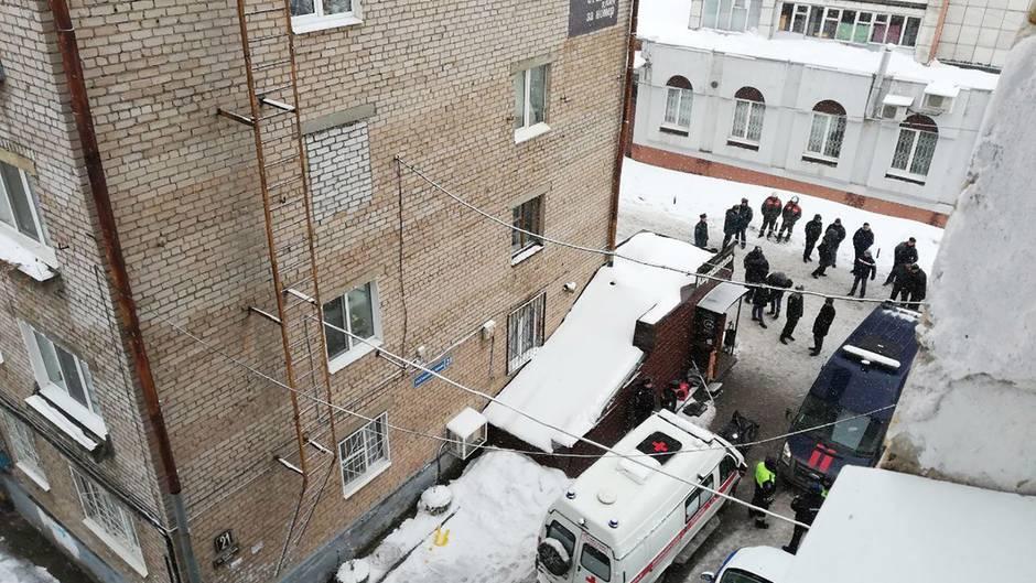 """Perm, Russland: Ein Krankenwagen vor der Herbere """"Karamel"""", wo es zu einem tödlichen Unglück gekommenist"""