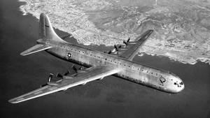 """Platz 7: XC-99 von Convair  Auch in den USA entstand der Plan eines noch größeren Flugzeuges, allerdings für die Air Force. Convair entwickelte auf der Basis der Convair B-36 """"Peacemaker"""", einem Langstreckenbomber aus dem Zweiten Weltkrieg, dieses elegante Flugzeug mit 70,1 Metern Spannweite und sechs Propellern, die an denhinteren Flügelkanten angebracht waren. Nach dem Erstflug 1947 wurde das einzige Exemplar der US-Luftwaffe übergeben, flog bis 1957 – ging aber nie in Serie."""