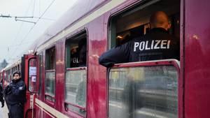 Nachrichten aus Deutschland: Zug steht im Bahnhof Greven, Polizist steht vor einer Tür