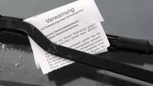 Nachrichten aus Deutschland: Knöllchen klemmt hinter einem Scheibenwischerblatt