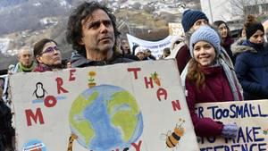 """Teilnehmer der Demonstration """"Winterwanderung Strike WEF"""""""