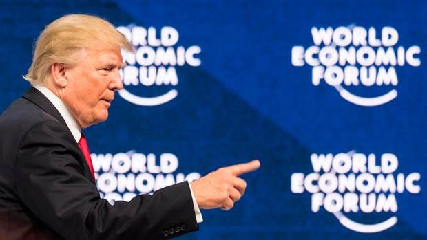 Schweiz, Davos: US-Präsident Donald Trump spricht 2018 bei der jährlichen Tagung des Weltwirtschaftsforums (WEF) im Konferenzzentrum auf dem Podium