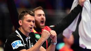 Ein Mann im schwarzen Team-Shirt ballt jubelnd die Fäuste vor dem Gesicht