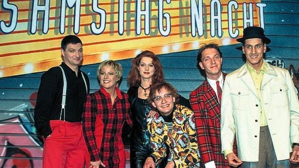 RTL Samstag Nacht (TV-Comedy-Show, BRD 1993-1998, Regie: Gerit Schieske) Stefan JŸrgens, Tanja Schumann, Esther Schweins, Wigald Boning, Olli Dittrich, Mirco Nontschew  / Ferrnsehstudio, Logo, Graffiti-Wand, Gruppenbild, Komiker, Comedians, Ganzkšrper [...