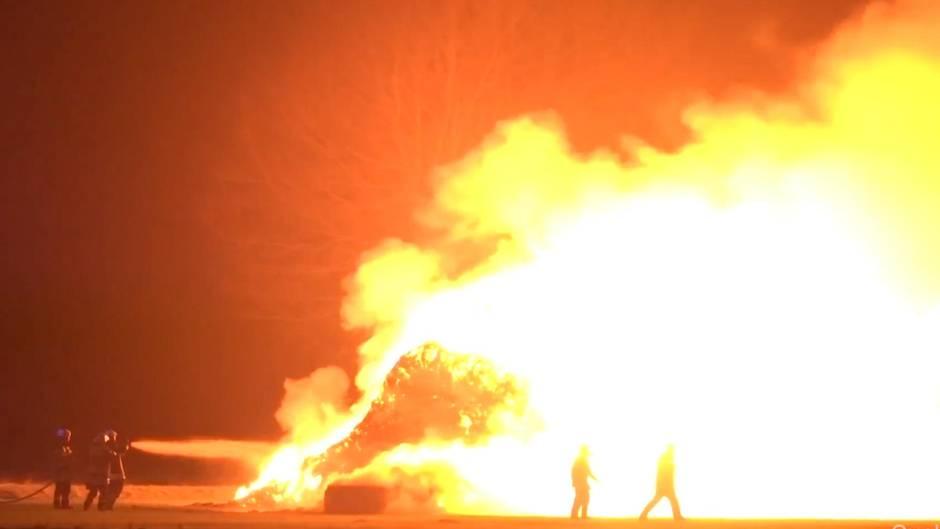 Bassum: 450 Strohballen in Niedersachsen abgebrannt