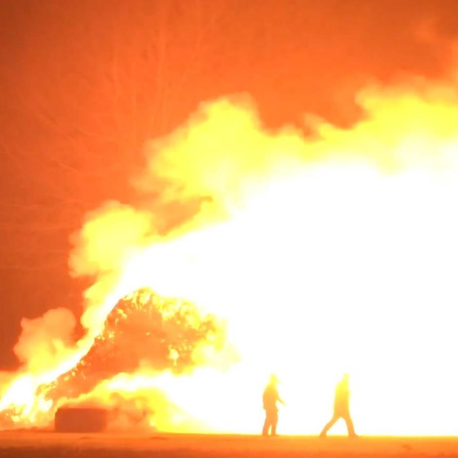 Nachrichten aus Deutschland: Hunderte Strohballen in Brand: Feuerwehr kämpft gegen meterhohe Flammen