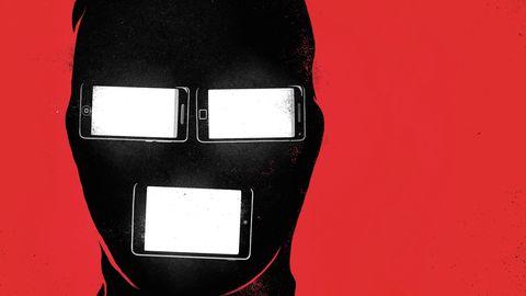 Eine vermummte Person. Augen und Mund sind durch Smartphones ersetzt