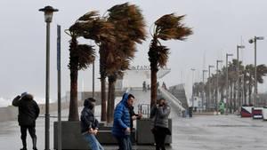 Spaziergänger trotzdem dem Sturm in Valencia.