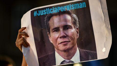 """Schild mit dem Bild von Alberto Nisman und der Aufschrift """"Justicia por Nisman"""""""