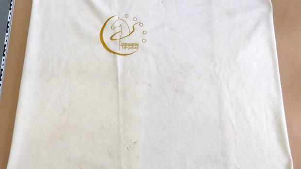 In diese weiße Decke war der Säugling eingewickelt
