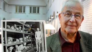 Der Holocaust-Überlebende Naftali Fürst zeigt ein Bild, das ihn und andere Gefangene im Konzentrationslager Buchenwald zeigt