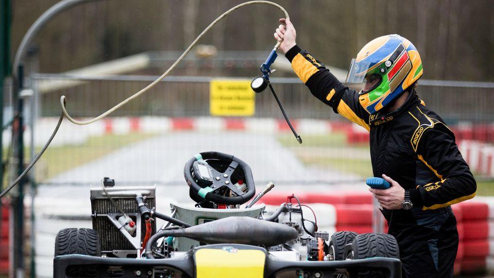Ein Fahrer macht auf der Kartbahn sein Kart fertig