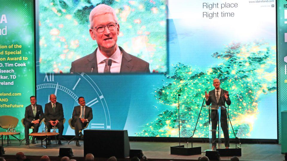 In Irland nahm Cook einen Preis für Apples 40-jähriges Engagement im Standort Cork an