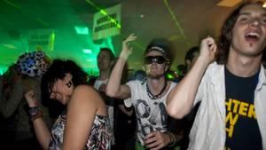 Menschen tanzen auf einer Party