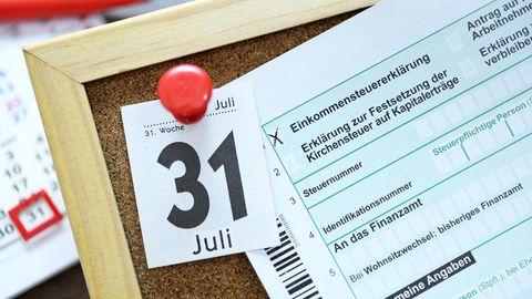 Pinnwand mit Datum und einer Einkommenssteuererklärung