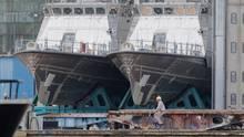 Patrouillenboote für Saudi-Arabien liegen auf dem Werftgelände der zur Lürssen-Werftengruppe gehörenden Peene-Werft
