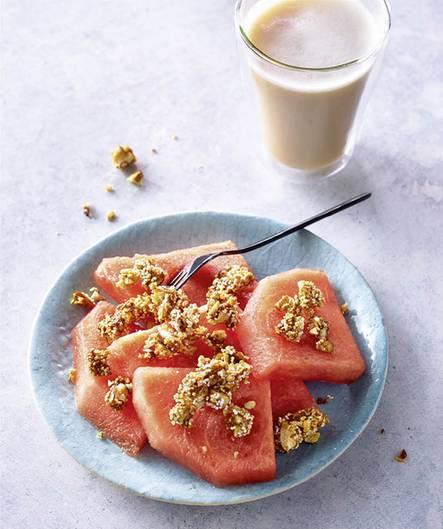 Frühstück      Melone mit Mandelcrumble und Chai      To do: 2–3 Melonenspalten entkernen, Fruchtfleisch (etwa 200 g) von der Schale schneiden und in mundgerechte Stücke teilen. Mit 1 Portion Prep-Mandelcrumble (etwa 45 g) bestreuen. Dazu einen Chai oder einen Latte macchiato (mit 125 ml Milch) genießen.
