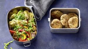 Mittwochmittag       Antipasti mit Polpette      Zutaten:2–3 Artischockenherzen aus der Dose, ca. 200 g Prep-Grillgemüse, 1 Handvoll Rucola, 7 Prep-Polpette      To do:Artischockenherzen vierteln und mit dem Grillgemüse in eine Box schichten. Rucola waschen, trocken schütteln, grob hacken, aufs Gemüse streuen und mit 2 EL Artischockensud beträufeln. Polpette extra verpacken.      To go:Gemüse kurz mischen, mit den Polpette essen.      Mittwochabend      Zucchini-Spaghetti mit Bolo-Sauce      Zutaten:1 Portion Prep-Bolo-Hack, 100 ml Tomatensaft, Salz, Pfeffer, 40 g Vollkornspaghetti, 1 große Zucchini (ca. 250 g), 1 TL Olivenöl      At home:Bolo-Hack mit Tomatensaft erhitzen und mit Salz und Pfeffer abschmecken. Spaghetti in reichlich kochendem Salzwasser etwa 8 Min. al dente kochen, abgießen und abtropfen lassen. Inzwischen Zucchini waschen und mit einem Spiralschneider in dünne Streifen drehen. In einer beschichteten Pfanne im Öl kurz erhitzen, salzen und pfeffern. Spaghetti dazugeben, vermengen und mit der Bolo-Sauce anrichten.
