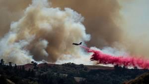 News von heute: Löschflugzeug beim Kampf gegen die Buschfeuer in Australien