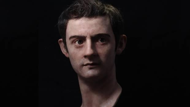 Als junger Mann war Caligula schön und galt als freundlich, aber schon das Leben in der Umgebung des paranoiden Tiberius soll ihn tief geprägt haben. Seine Regierung ist von extremer Unfähigkeit, Verschwendungssucht geprägt. Die eigenen Prätorianer setzten seinem Wüten ein Ende.