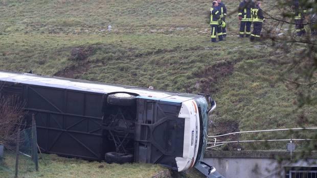 """Nachrichten aus Deutschland: Polizeiauto mit der Warnung """"Unfall"""" auf dem Dach"""