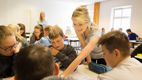 Tabea hält im Rahmen der Quereinsteiger-Lehrer Akadademie in Wallerstein eine Unterrichtsstunde.