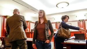 Tilli Buchanan (M.) - hier bei einem Gerichtstermin im November 2019 - wurde verurteilt, weil ihre Stiefkinder ihre nackten Brüste gesehen haben