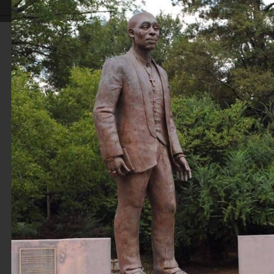 """Twitter: """"Er sieht wie ein Pastor aus"""": Tupac-Shakur-Statue sorgt bei Fans für Unmut"""