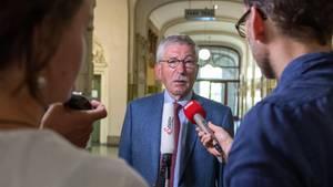 Thilo Sarrazin spricht mit Journalisten (Archiv)