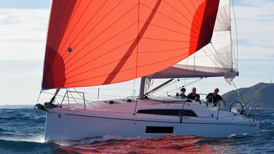 """In der Kategorie der """"Family Cruiser"""" siegte die Beneteau Oceanis 30.1. Die bei Konzerntochter Delphia Yachts in Polen gebaute Fahrtenyacht bietet bei kompakten Außenmaßen erstaunlich viel Wohnlichkeit und Komfort, urteilt die Jury. Ein handliches Einstiegsmodell für vier Segler."""