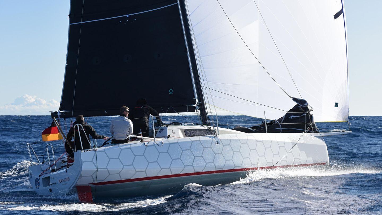 """Erstmals als Kategorie sind die """"Regatta-Yachten"""" mit dabei. Hier setzte sich die Dehler 30 OD aus Greifswald auf den ersten Platz. Die Marke Dehler besitzt eine lange Tradition von Racern und knüpft mit dem für kleine Crews optimierten Boot an alte Erfolge an."""