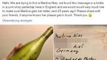 Links hält eine linke Hand eine grüne Flasche ohne Etiketten, rechts liegt ein Liebesbrief an eine Kielerin
