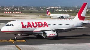 Ein Airbus A320 in der Lackierung für Lauda, derBilligairline von Ryanair am Standort Wien.