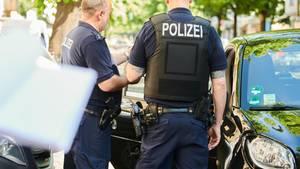 Nachrichten aus Deutschland: Zwei Polizisten überprüfen ein Auto