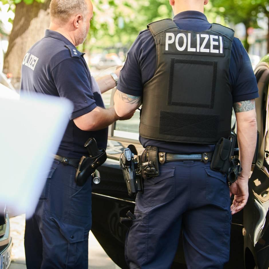 Nachrichten aus Deutschland: Kontrolle eskaliert: Vater schlägt Zivilpolizisten mit Faust ins Gesicht – Kollege zieht Dienstwaffe