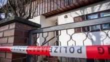 Absperrband der Polizei vor einem Wohnhaus in Starnberg, wo drei Tote gefunden wurden