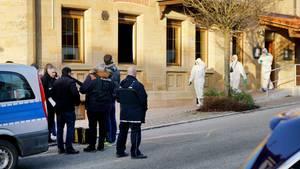Polizeibeamte nach dem Sechsfachmord in Rot am See