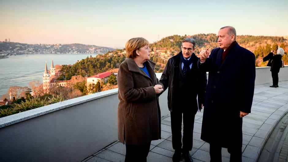Angela Merkel und Erdogan unterhalten sich nach der Pressekonferenz für ein paar schöne Foto vor malerischer Kulisse