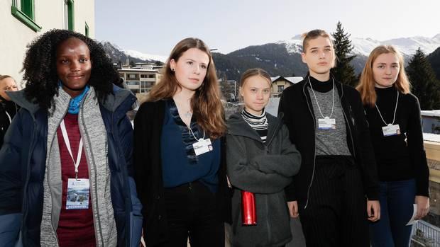 Die Klimaaktivistin Vanessa Nakate (l.) war auf dem zuerst veröffentlichten Bild herausgeschnitten worden