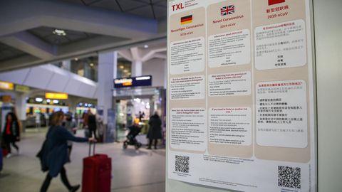 Plakate am Flughafen Tegel weisen auf die Gefährdung durch den Coronavirus hin