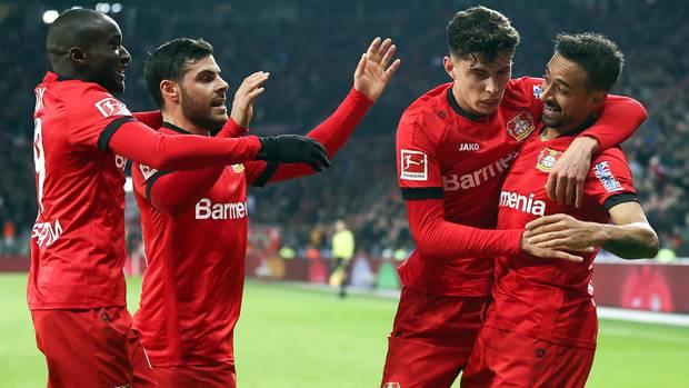 Der Torschütze zum 1:0 für Leverkusen, Kai Havertz (2.v.r.), knuddelt Flankengeber Karim Bellarabi