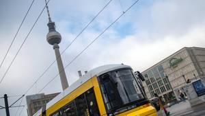 Nachrichten aus Deutschland: Eine Straßenbahn fährt über den Alex – im Hintergrund der Fernsehturm