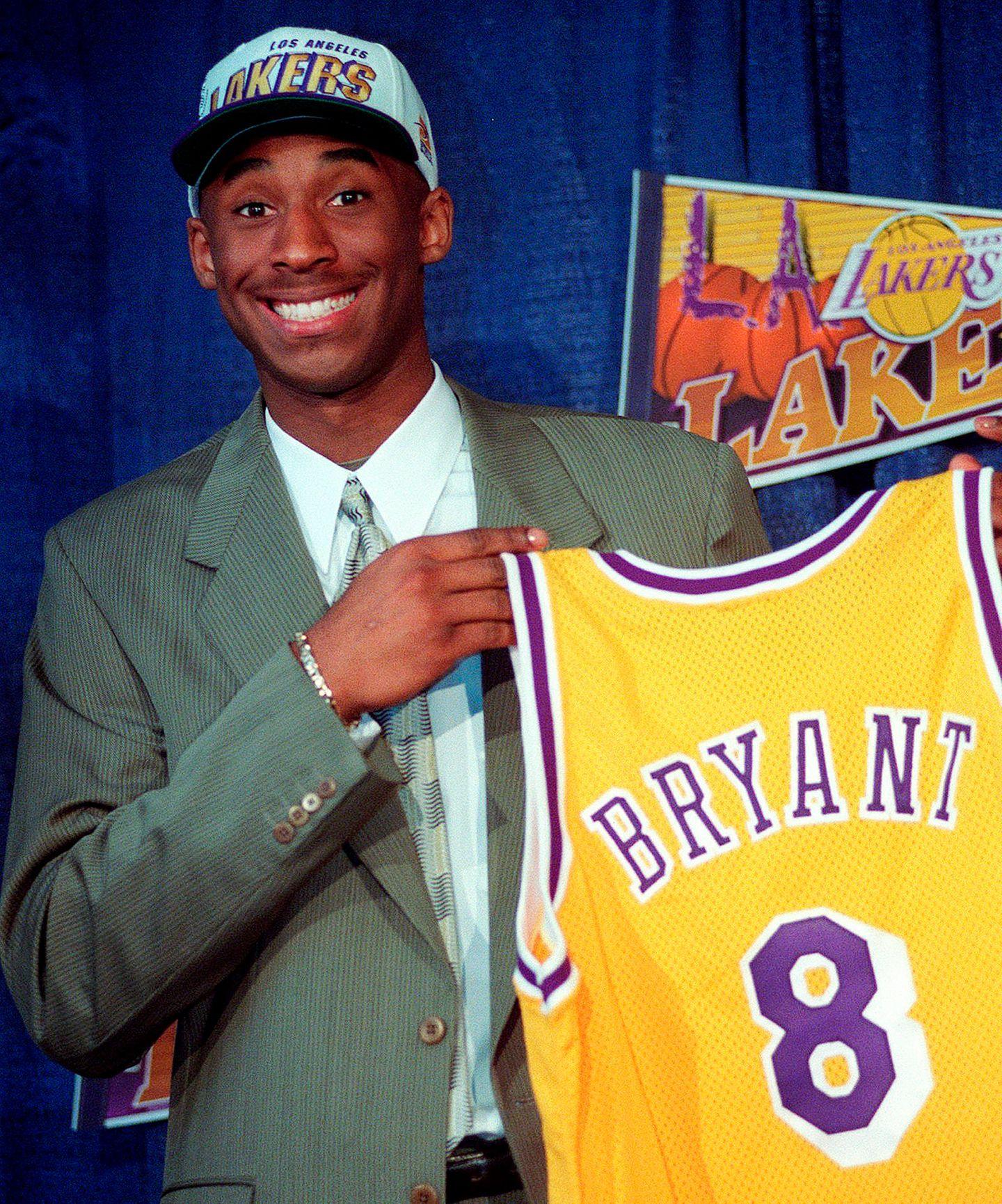 Kobe Bryant hält sein Los-Angeles-Lakers-Trikot in den Händen
